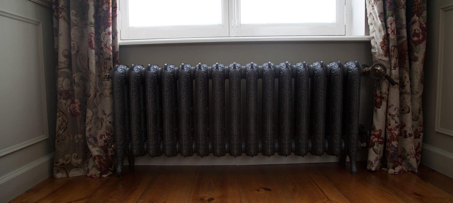 Водяной радиатор под окном