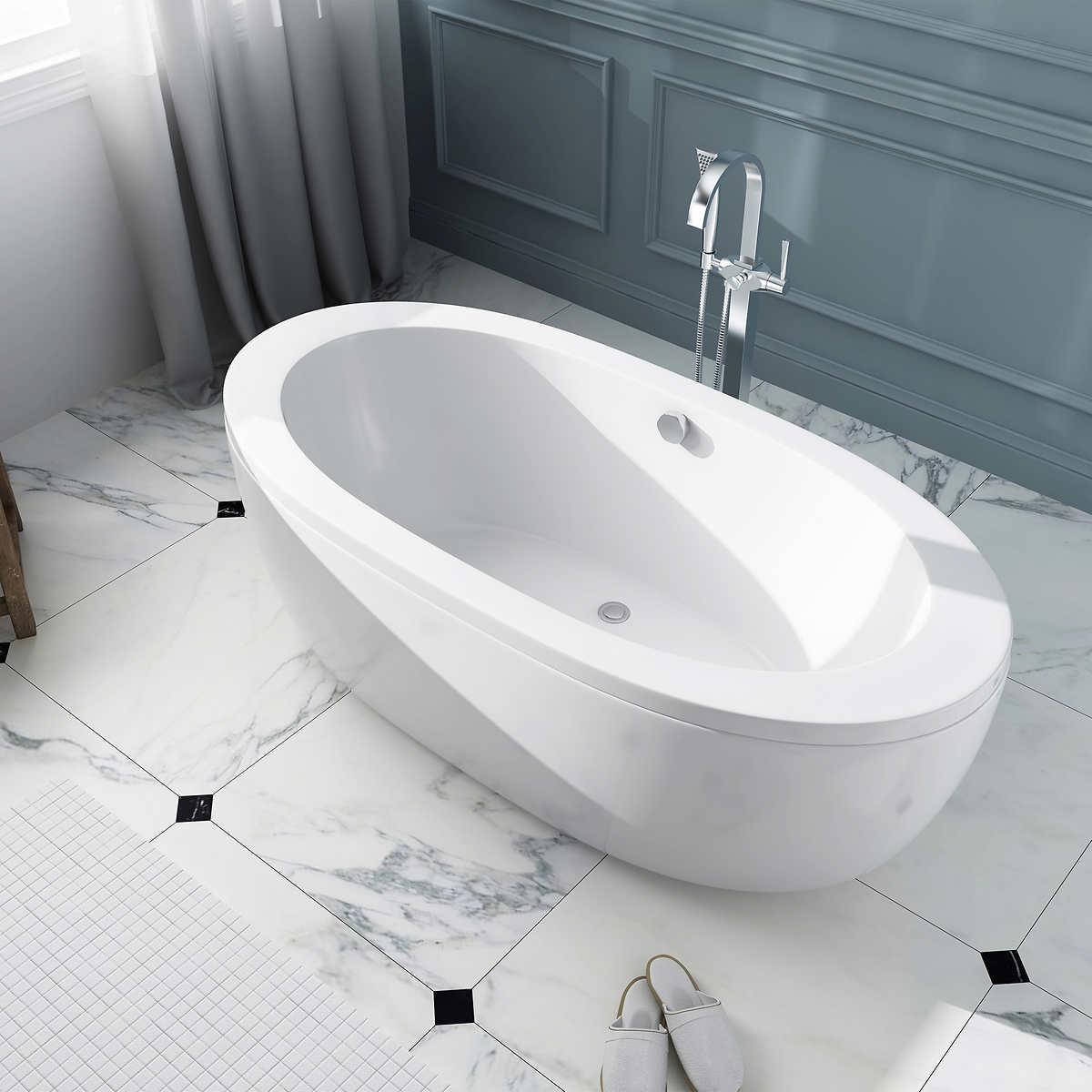 Ванная без раковины с мраморной отделкой