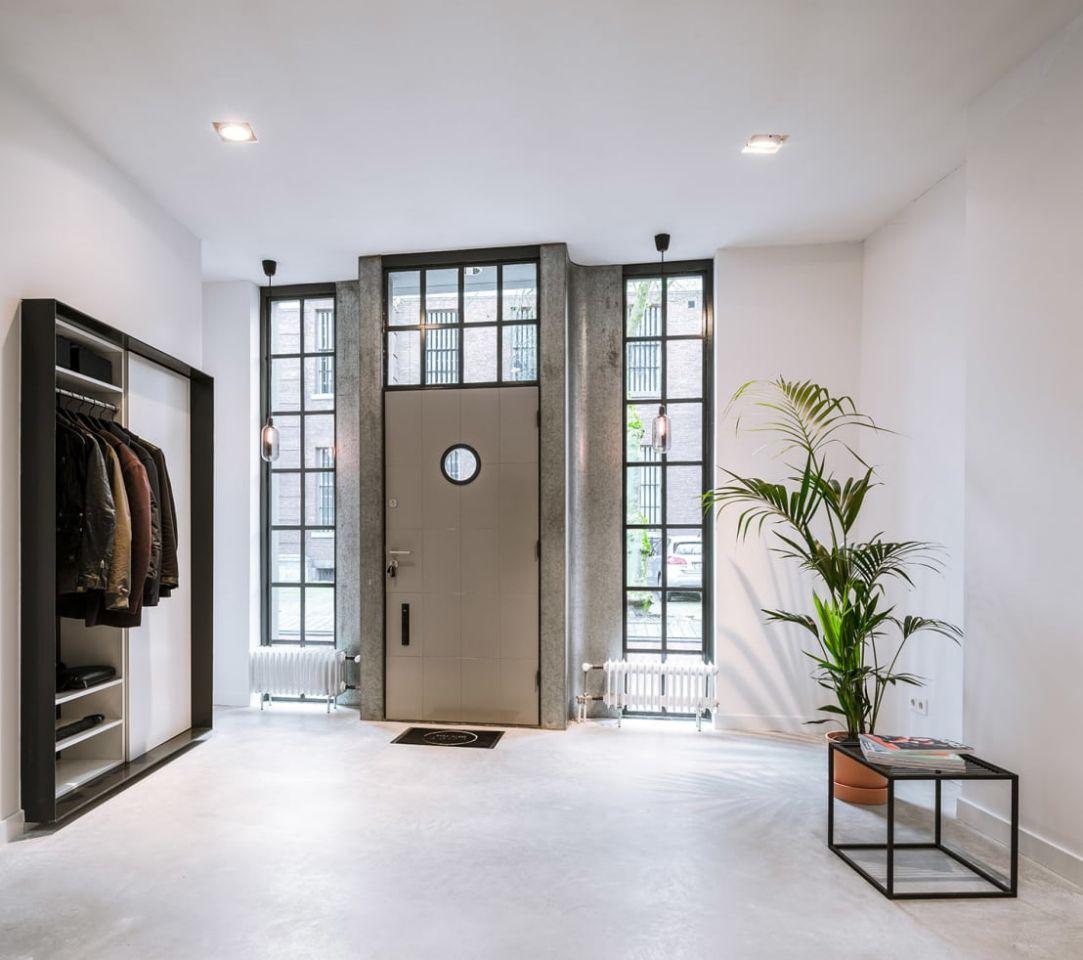 Дверь с расширителем в прихожей лофт