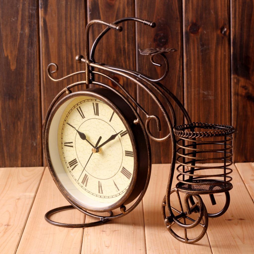 Часы с подставкой в гостиной
