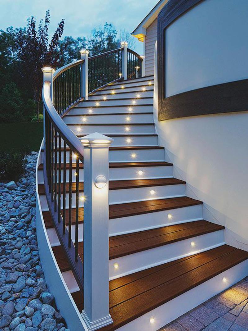 Подсветка лестницы солнечными светильниками
