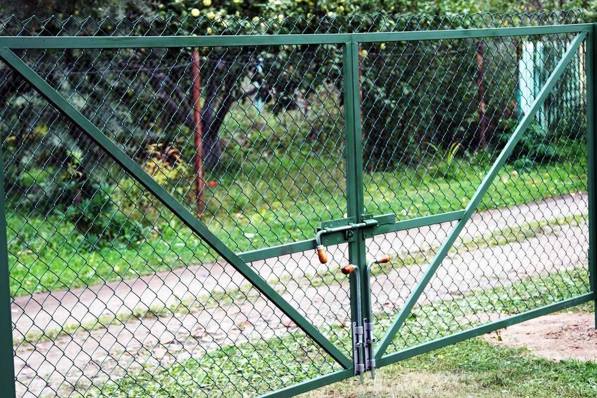 Распашные ворота из рабицы