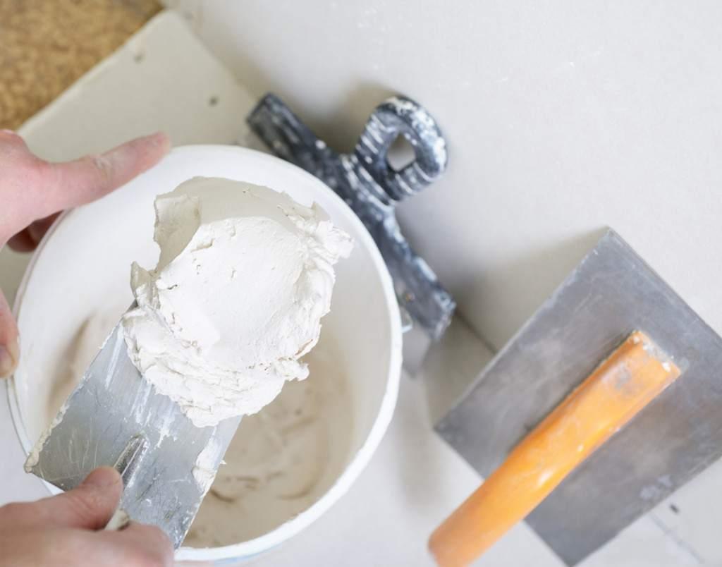 Разведение шпаклевки для потолка