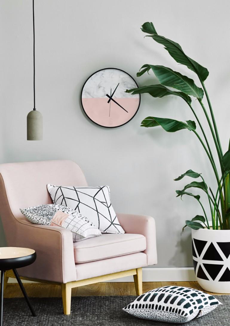 Розовые часы в гостиной