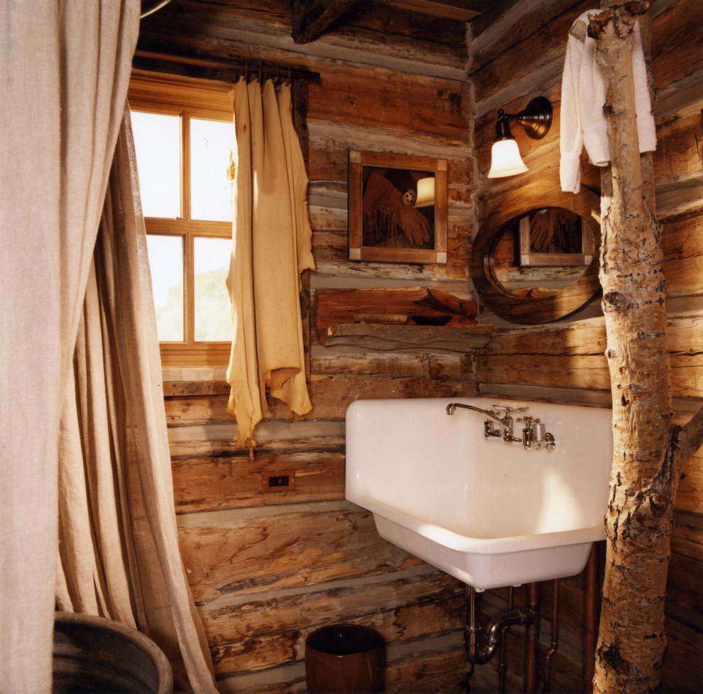 Дачный туалет в рустикальном стиле