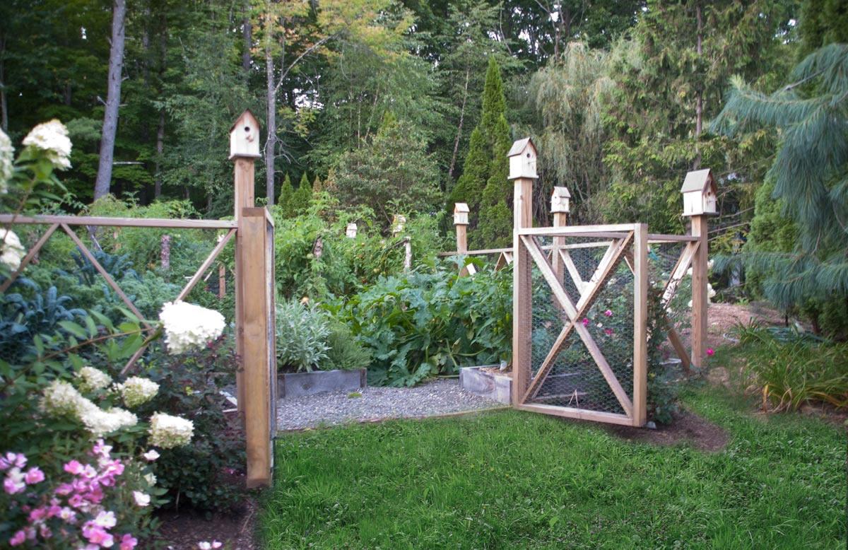 Ворота из рабицы: простая и надежная конструкция (21 фото)