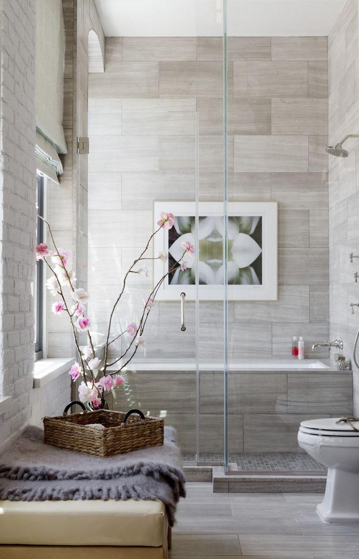 Ванная без раковины с серой плиткой