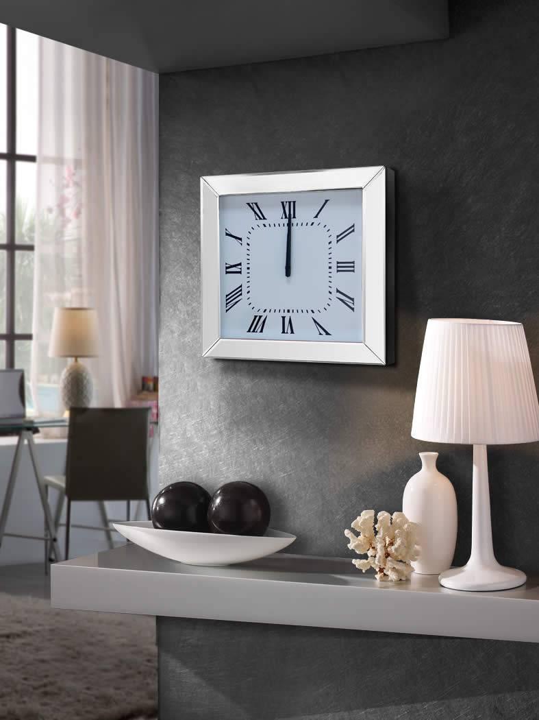 Часы в гостиной со стеклом