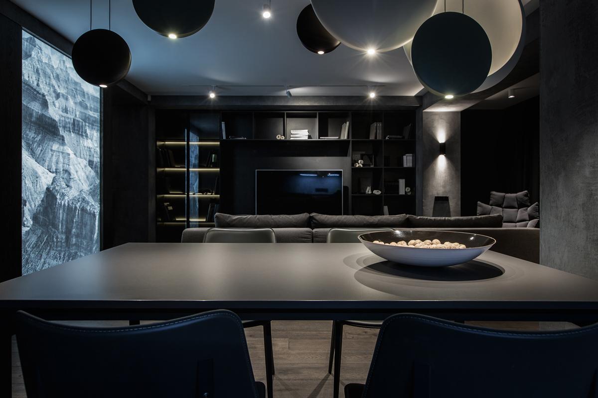 Темный интерьер гостиной столовой