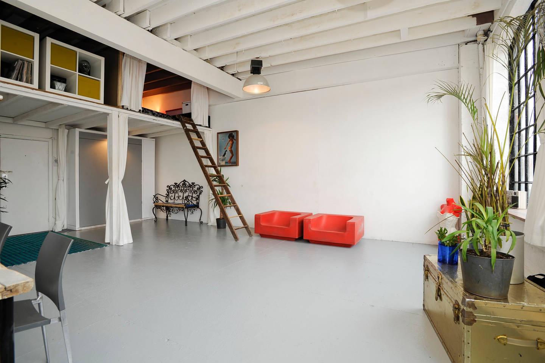 Гостиная в студии в стиле лофт
