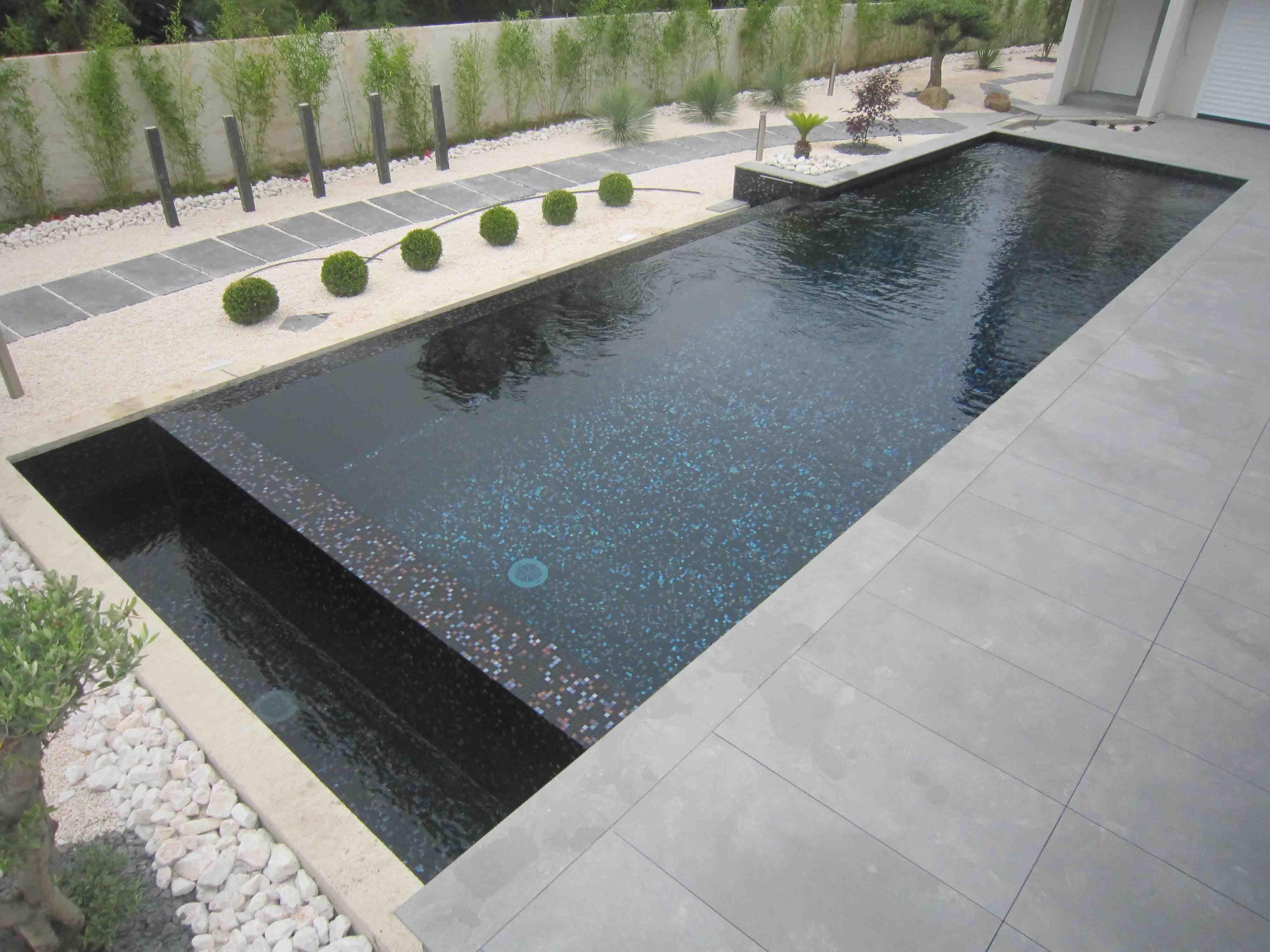Темная плитка для бассейна