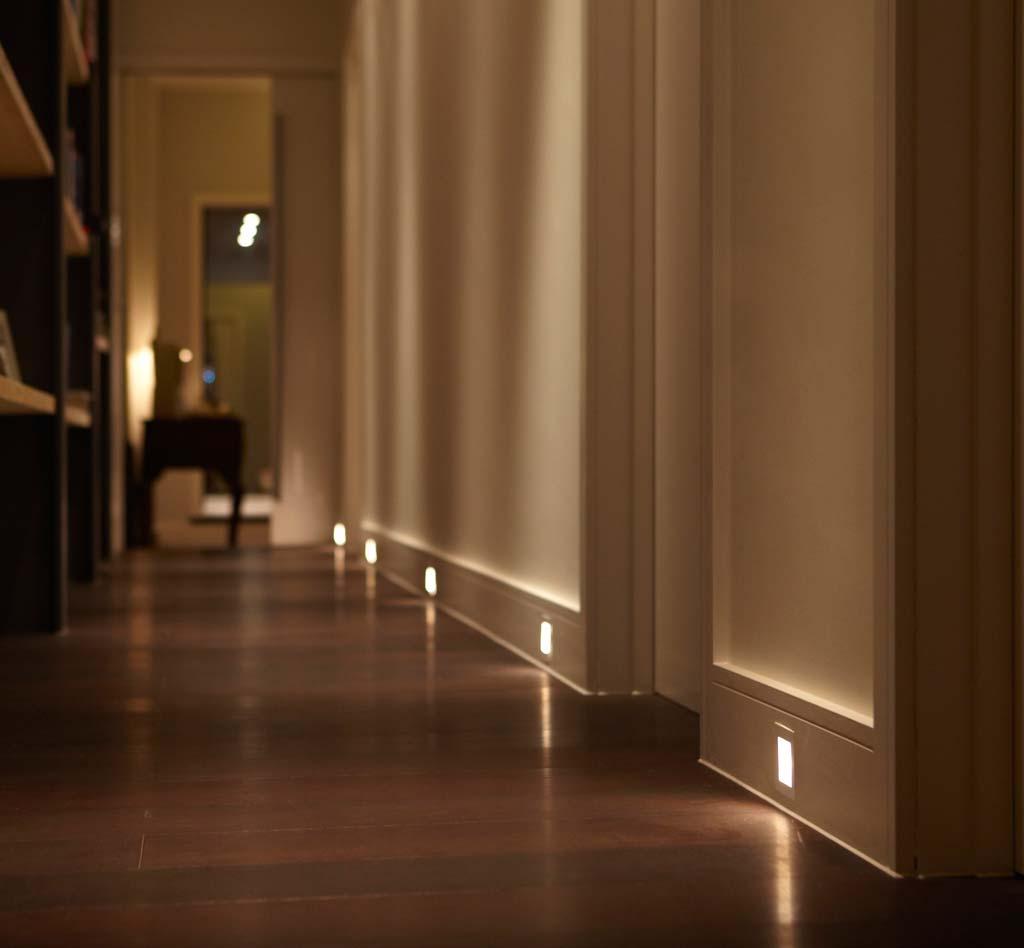 Светодиодный плинтус с точечными светильниками