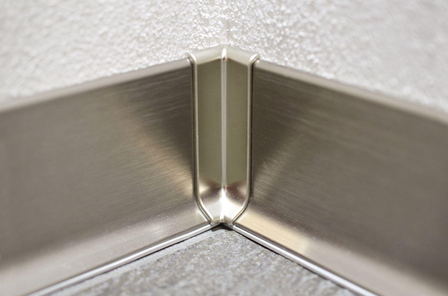 Угловой алюминиевый плинтус