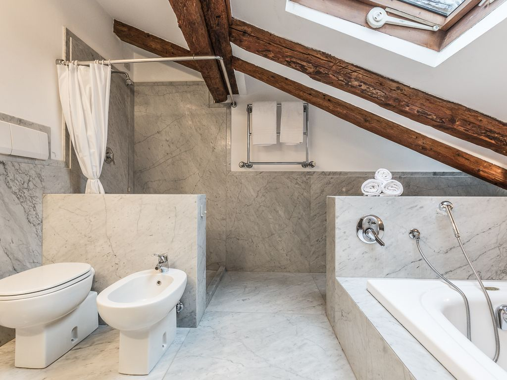 Ванная в лофт студии