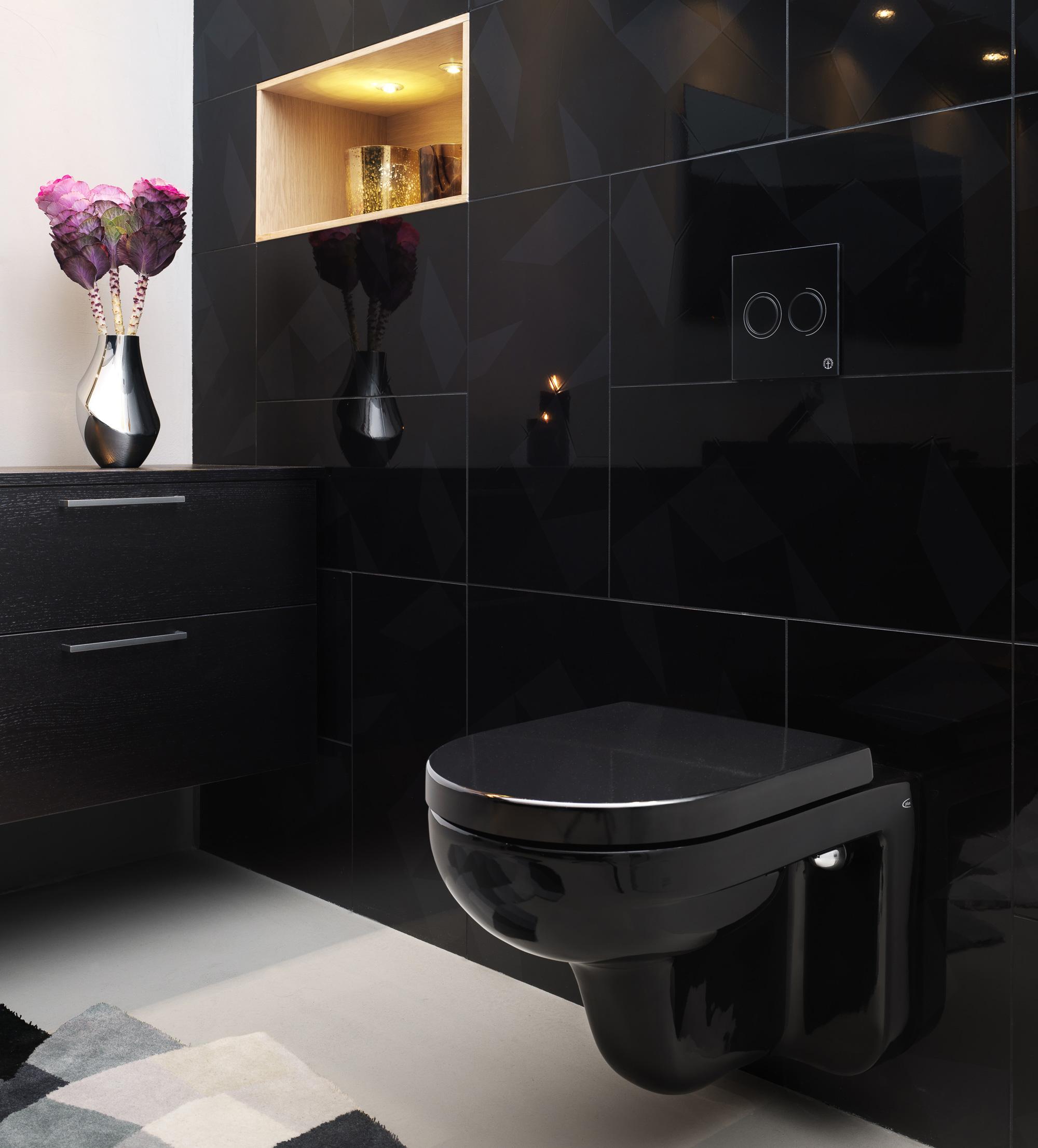Черный унитаз в ванной