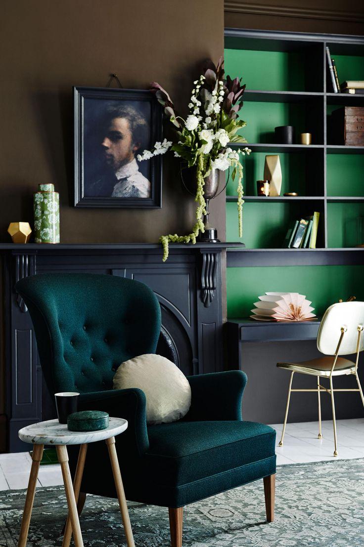 Темный интерьер с зелеными стенами