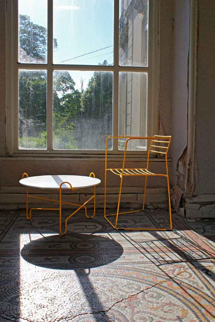 Желтый стул в стиле лофт