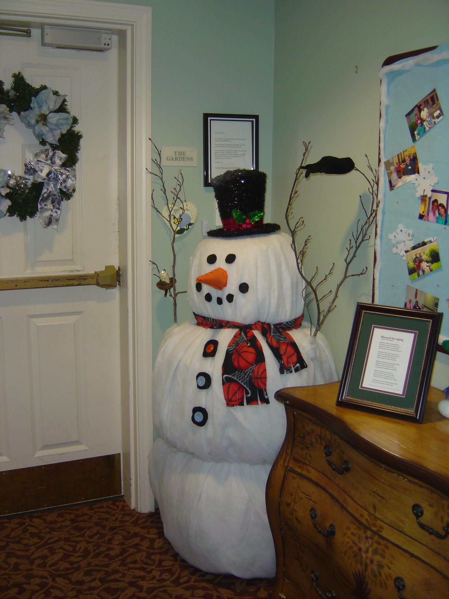 Большой снеговик из бумаги