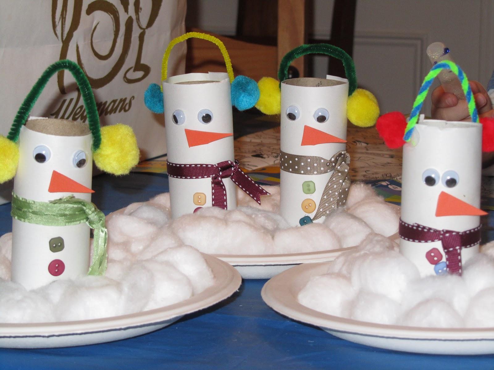 Снеговик из бумажных цилиндров