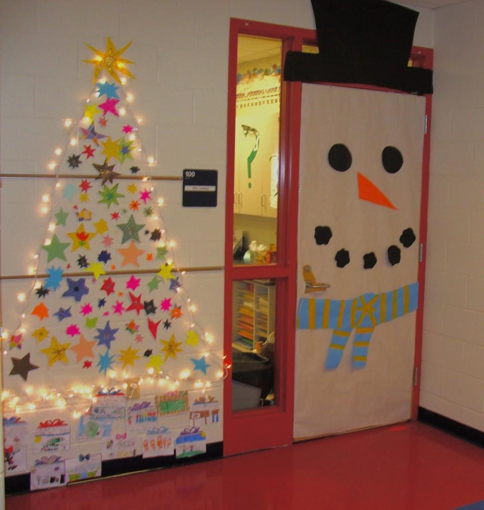 Снеговик из бумаги на двери