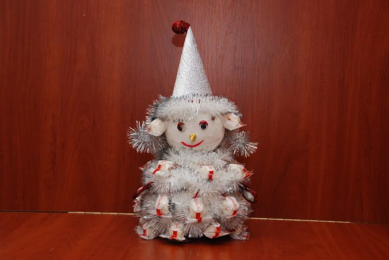 Снеговик из бумаги и мишуры