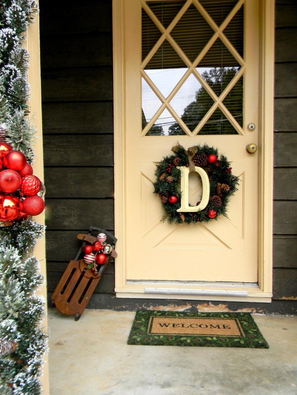 Украшение белой двери на новый год