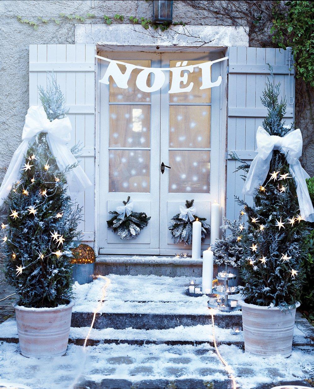 Белое украшение двери к новому году