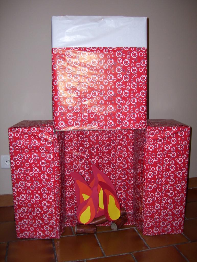 Новогодний камин из коробки и оберточной бумаги