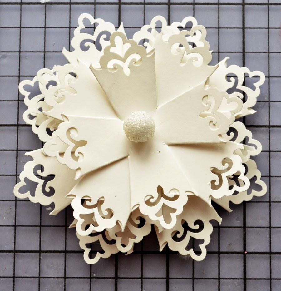 Снежинки из бумаги с бусиной