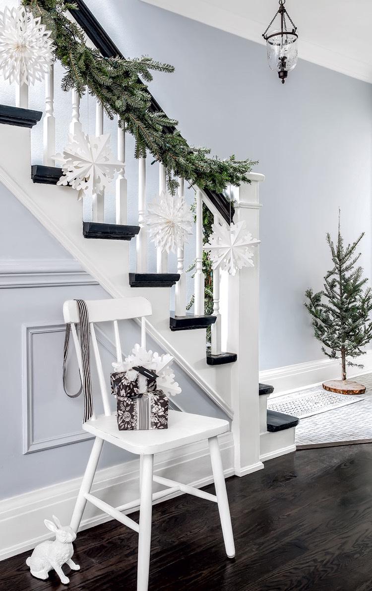 Декор бумажными снежинками