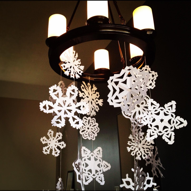 Украшение интерьера бумажными снежинками