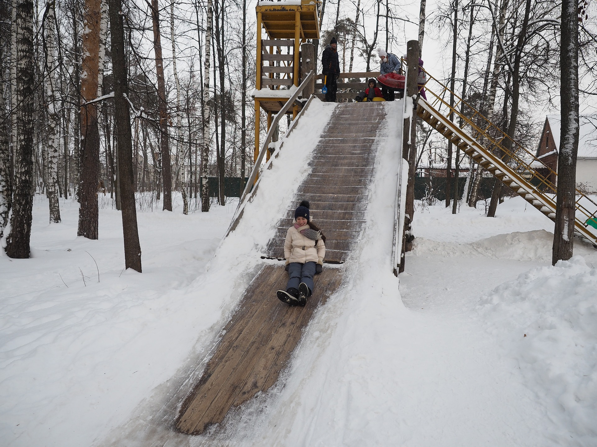 Снежная горка деревянная