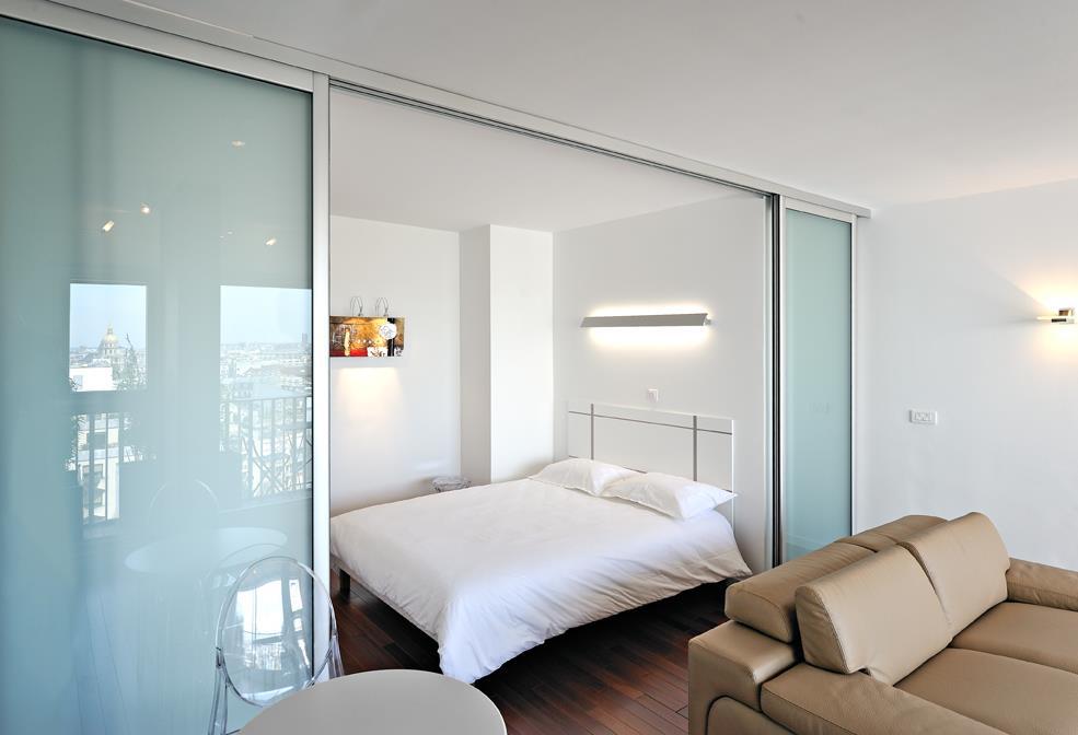 Двери-перегородки в однокомнатной квартире