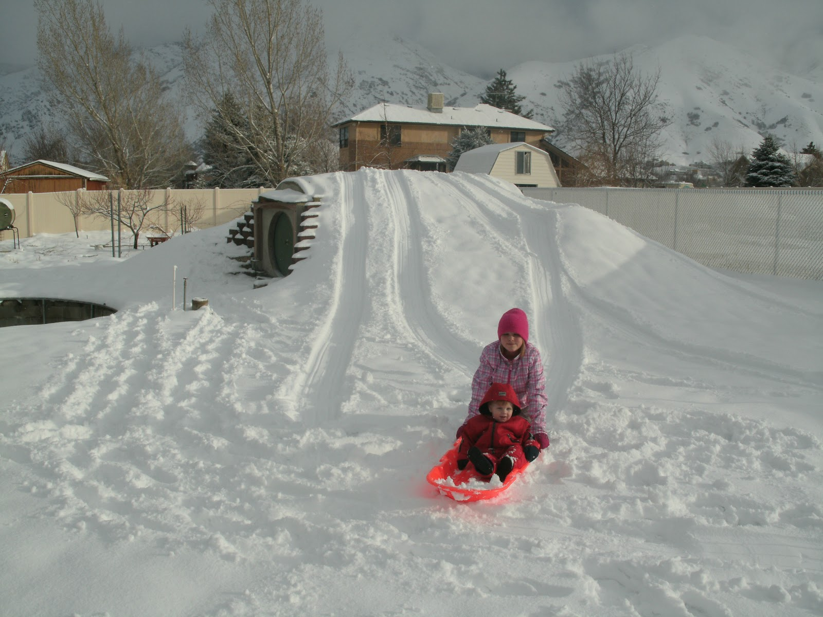 Снежная горка во дворе