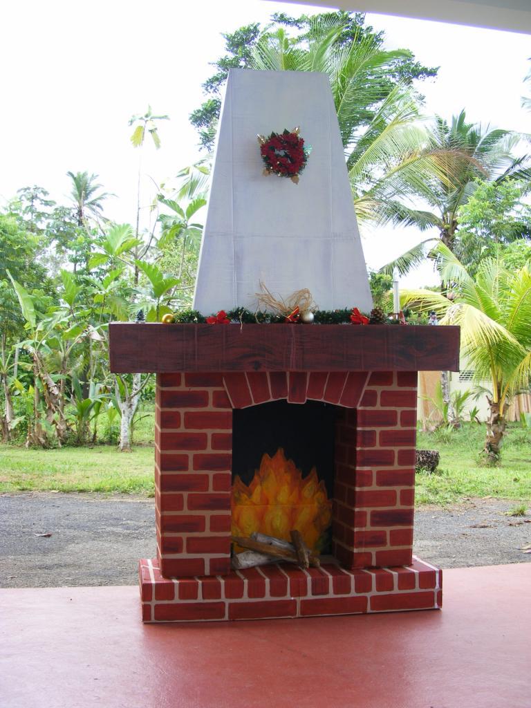 Новогодний камин из коробки с дымоходом