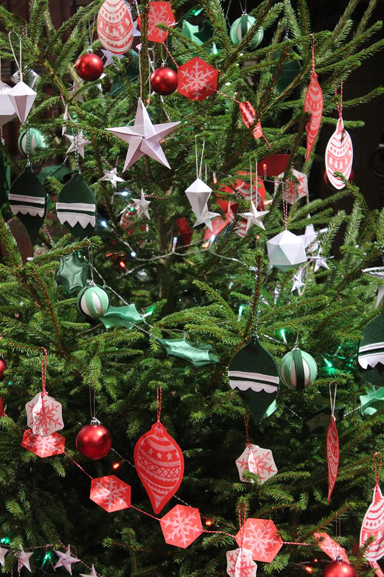 Поделки на Новый Год 2018 Своими Руками, Красивые и Оригинальные Идеи Украшений из Фетра, Бумаги и Шишек, Как Сделать Игрушку из Бисера Или Макарон