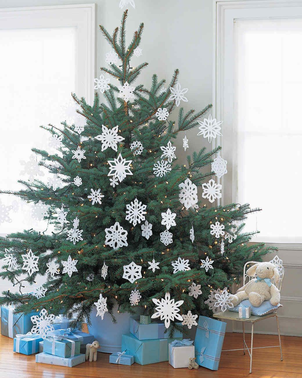 Снежинки из бумаги на елке