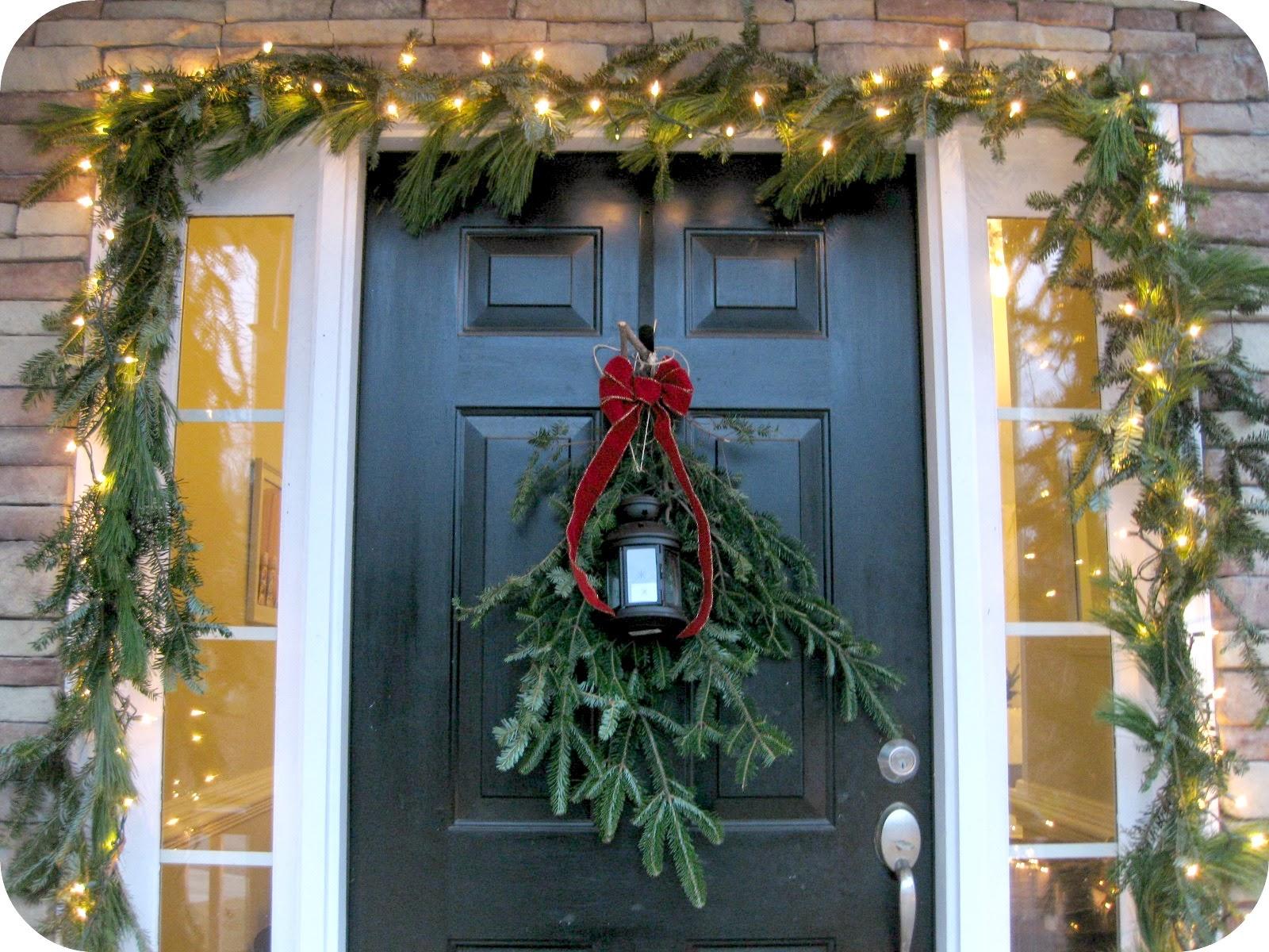 Новогоднее украшение двери еловыми ветками