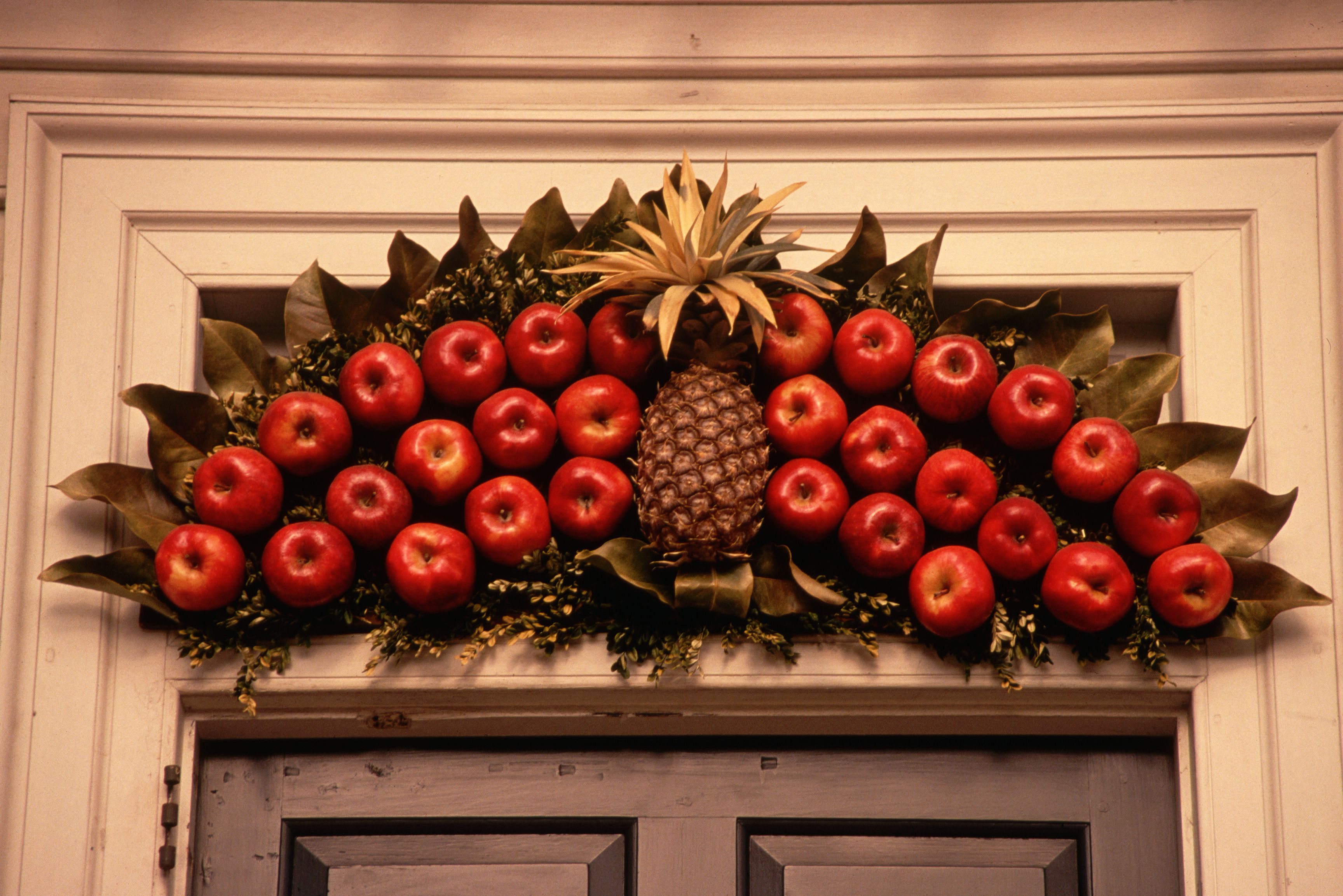 Новогоднее украшение двери фруктами