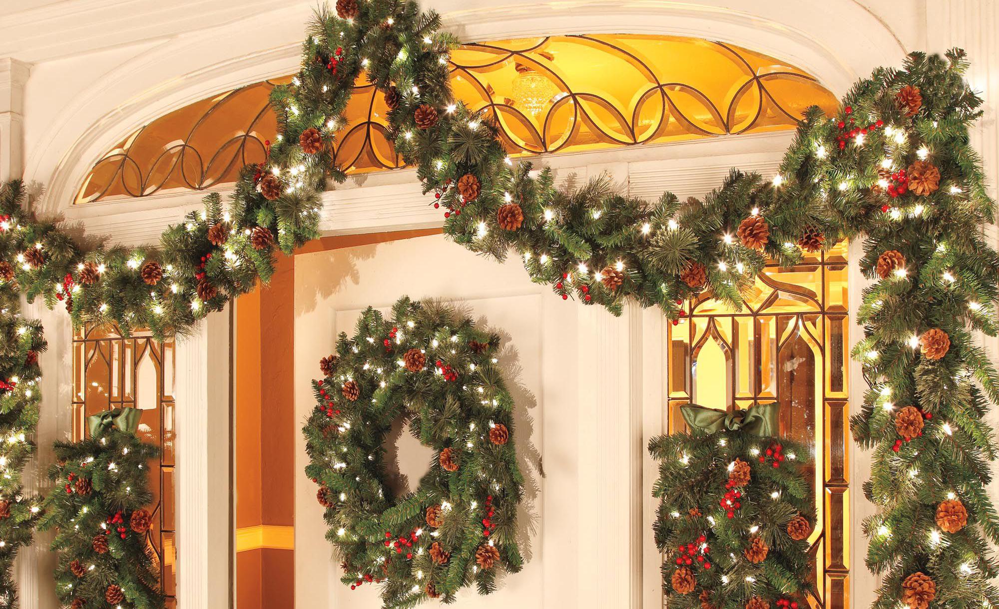Украшение двери гирляндой к новому году