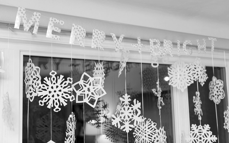Гирлянда со снежинками из бумаги