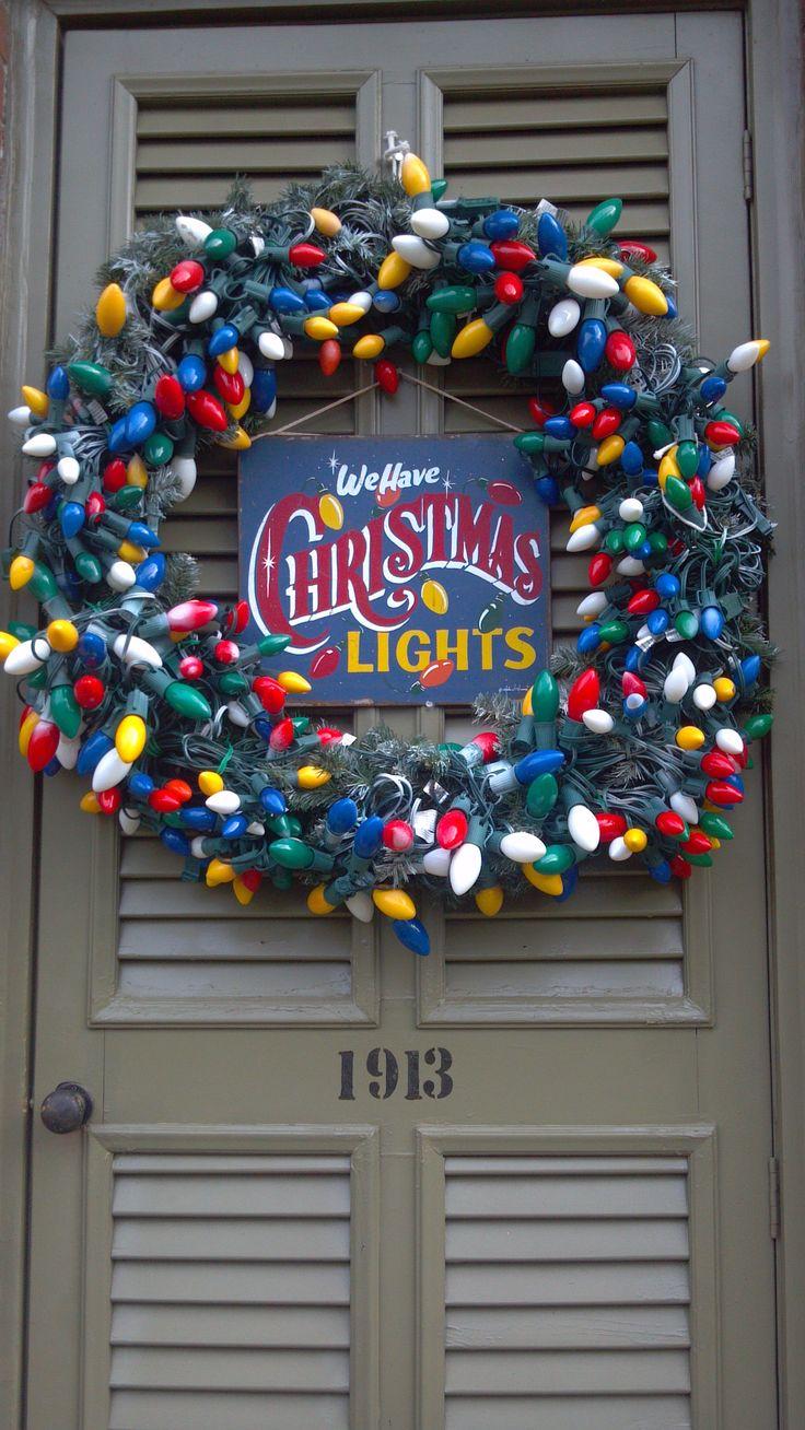 Украшение двери гирляндой на новый год