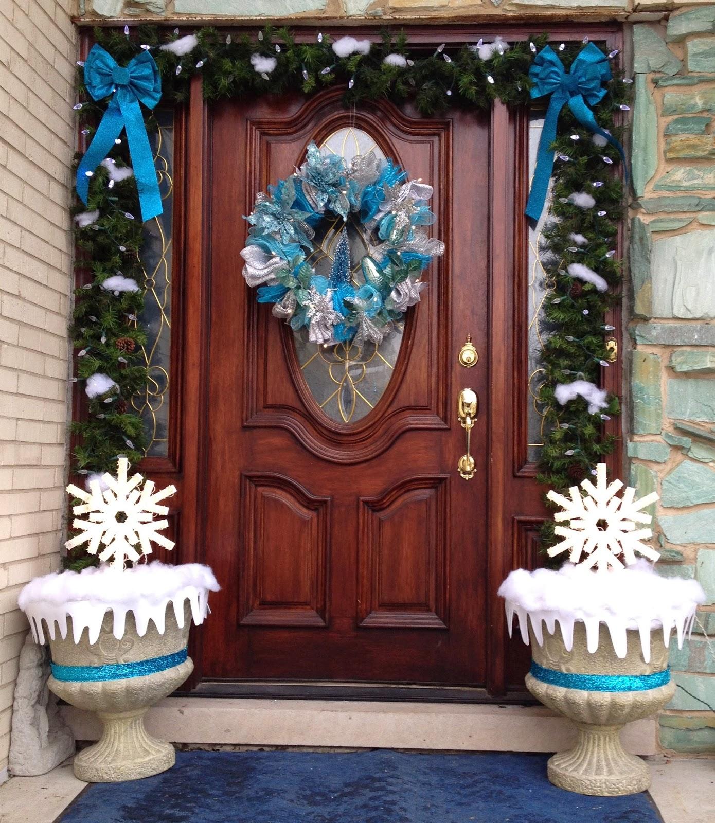 Голубое украшение двери к новому году