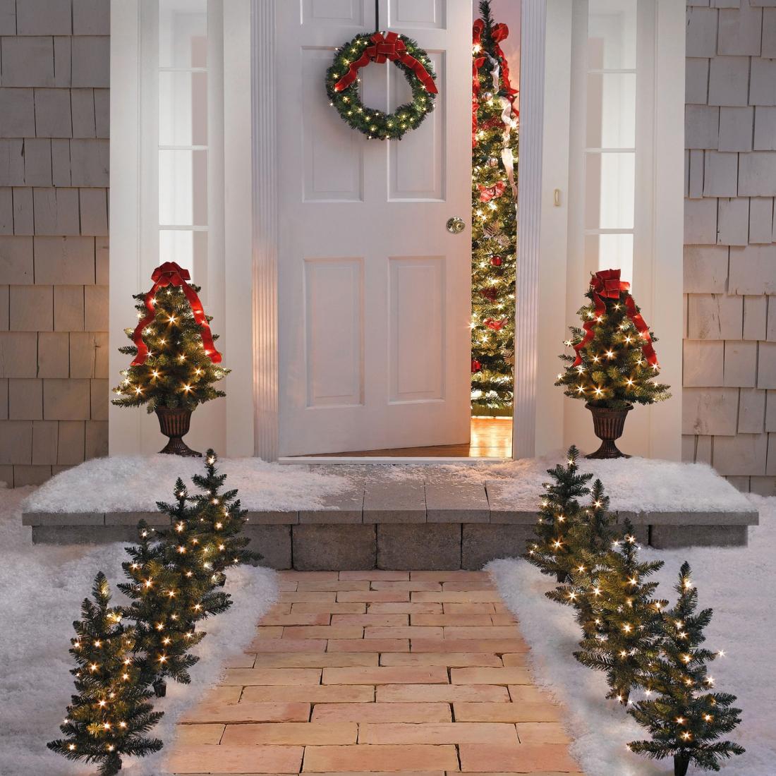 Новогодняя инсталляция у входной двери
