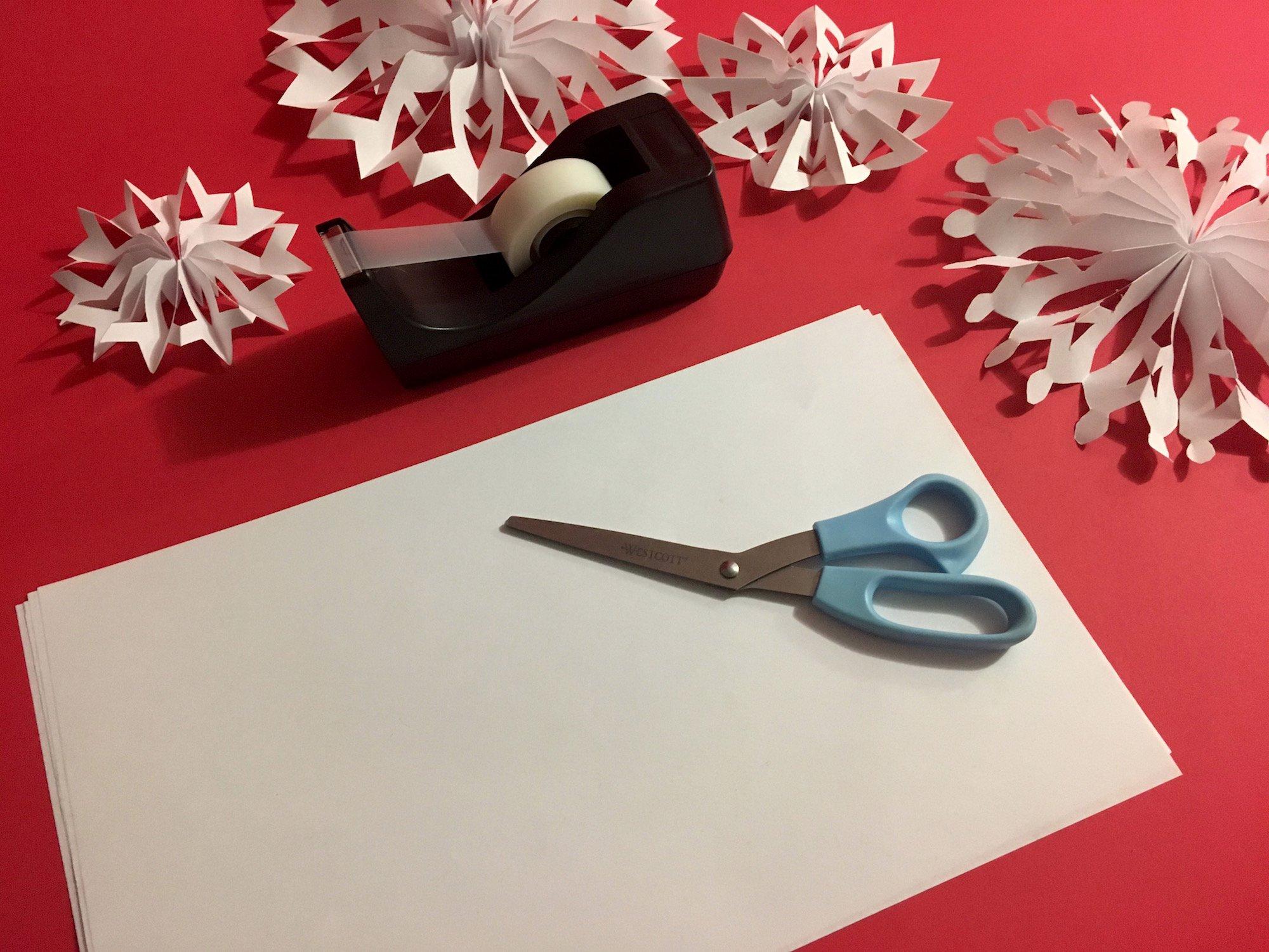 Изготовление бумажных снежинок