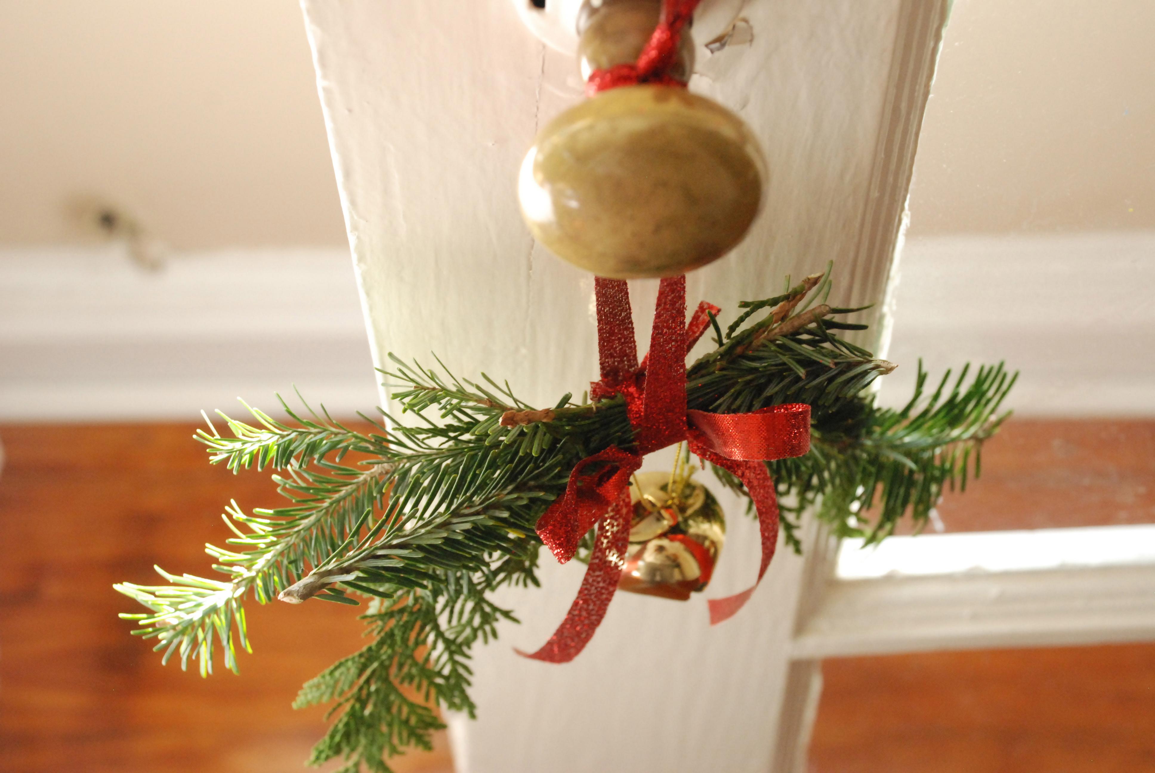 Украшение двери колокольчиком к новому году