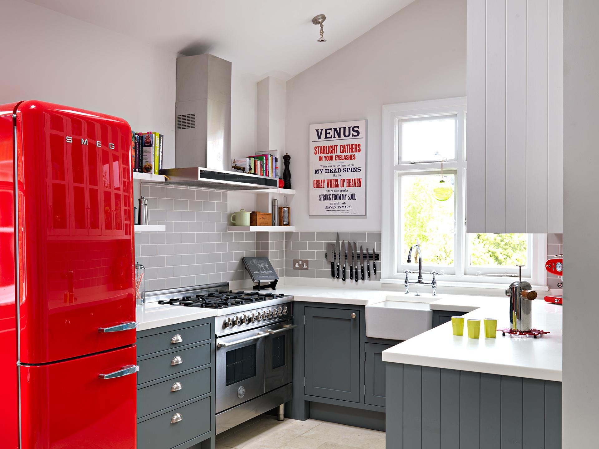 Кухня 6 кв м с красным холодильником