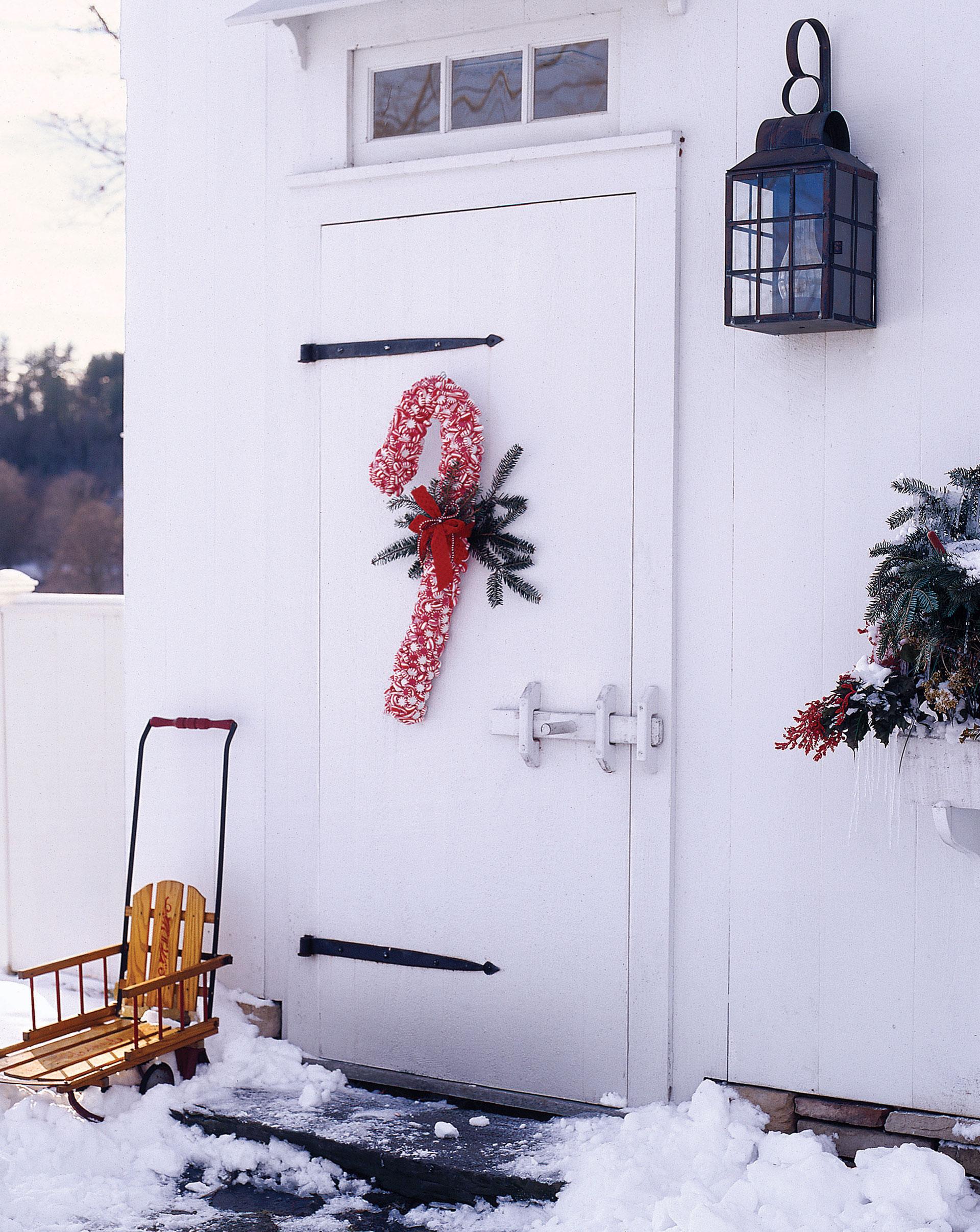 Красное украшение двери на новый год