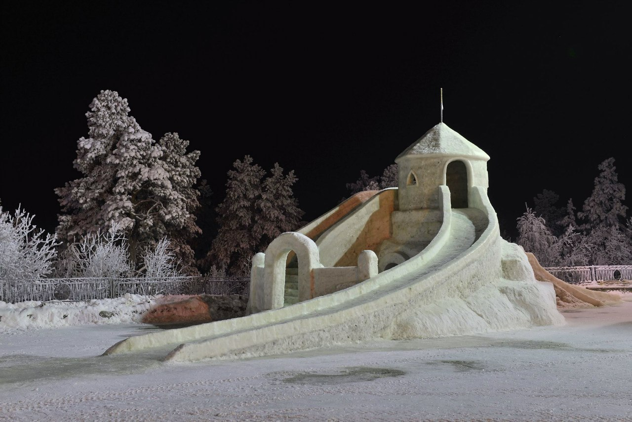 Снежная горка с крепостью