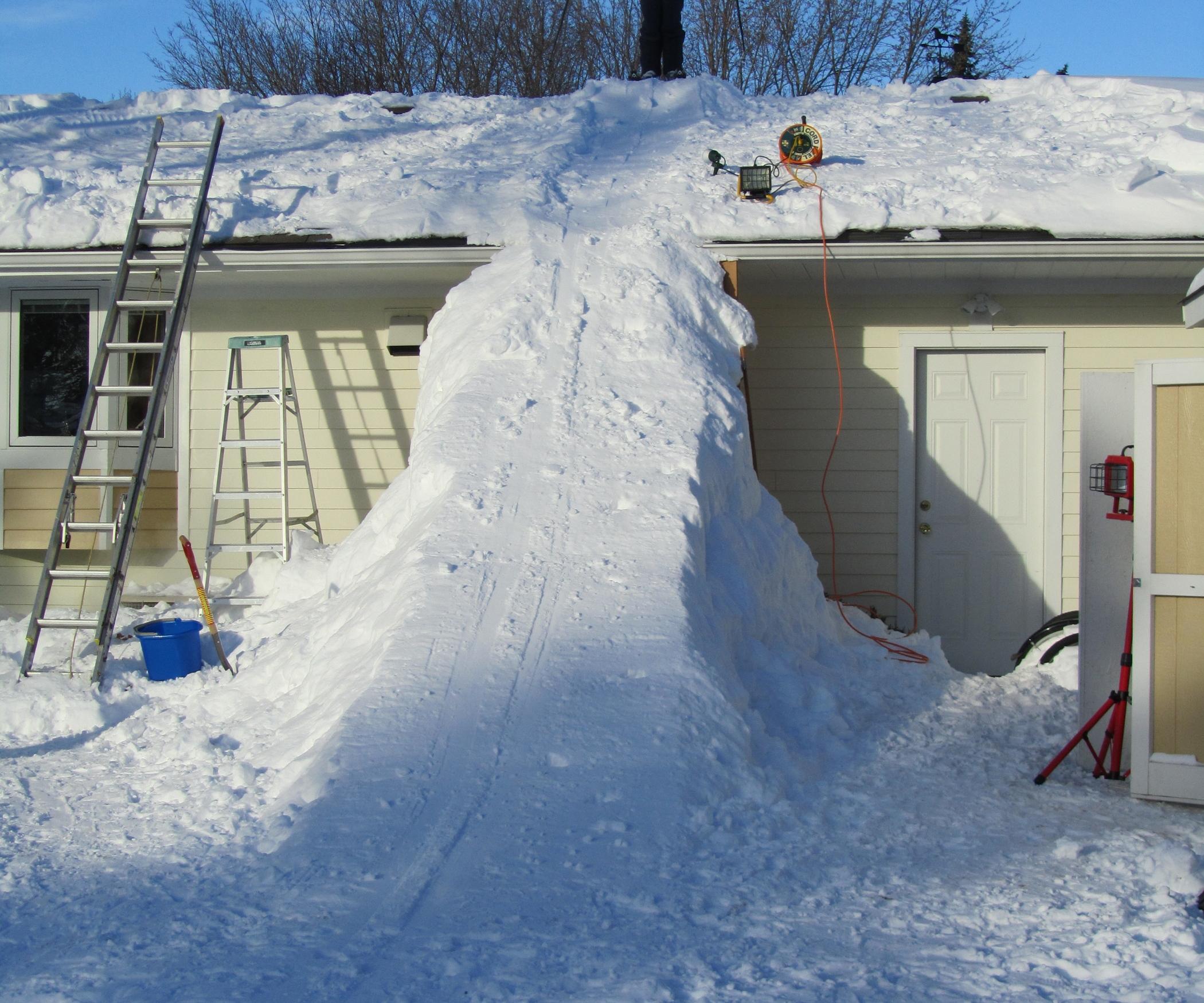 Снежная горка с крыши